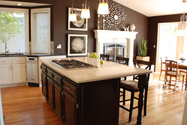 Темно-коричневый цвет стен в кухне