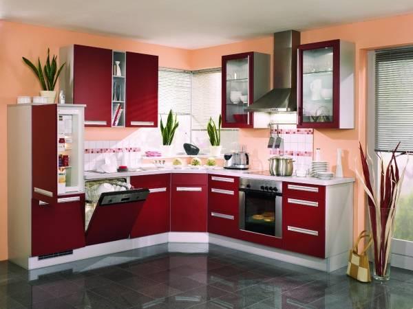 Кухня со стенами персикового цвета