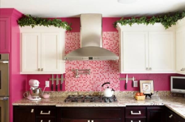 Розовые стены и черно-белая мебель на кухне