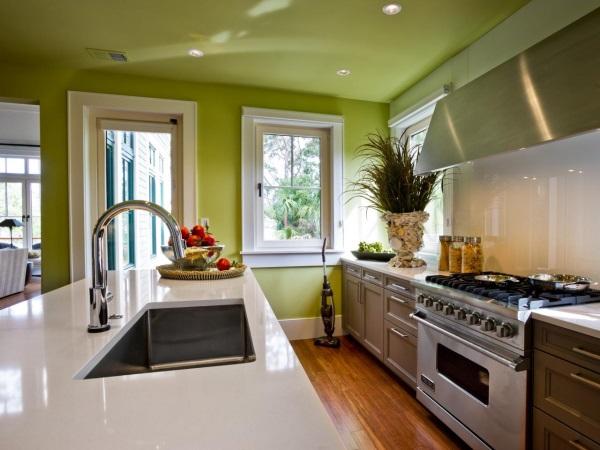 Дизайн кухни с зелеными стенами и потолком