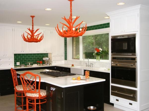 Кухня с зелеными стенами и красным декором
