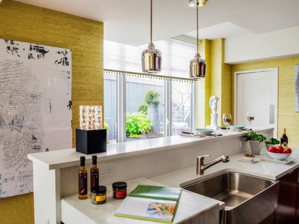 Кухня с текстурными желтыми стенами