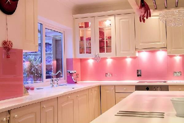 Кухня со светло-розовыми стенами