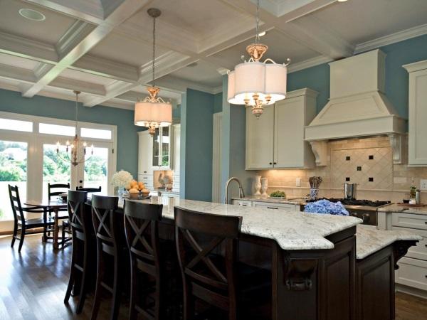 Кухня с голубыми стенами и черным островом