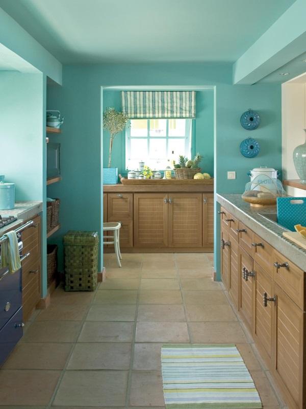 Кухня с голубыми стенами и потолком