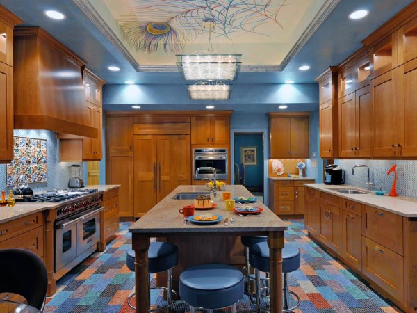 Стильная кухня в голубом и коричневом цвете