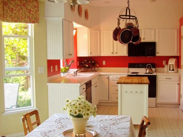 Белая мебель в ярком дизайне кухни