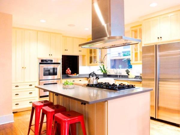 Желтая кухня с красными акцентами