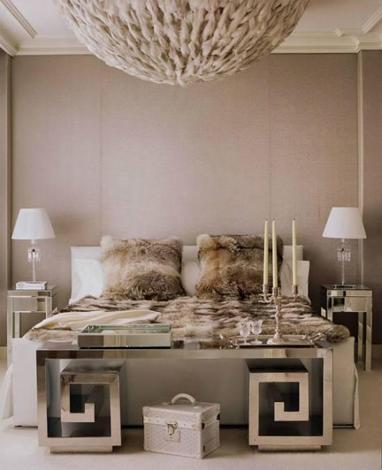 Изысканная гламурная спальня с зеркальной мебелью