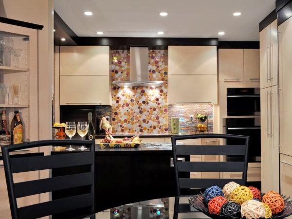 Модная и элегантная кухня с черными элементами