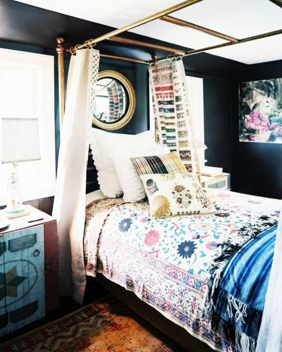 Необычный декор в спальне с одноместной кроватью