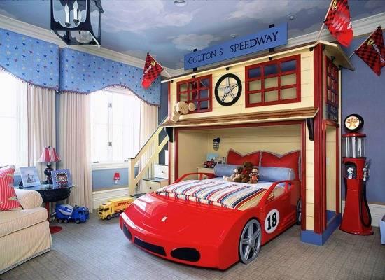 Детская кровать в виде красной машины