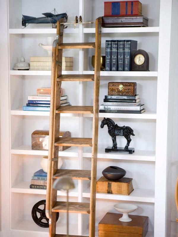 Оформление шкафа с книгами и украшениями