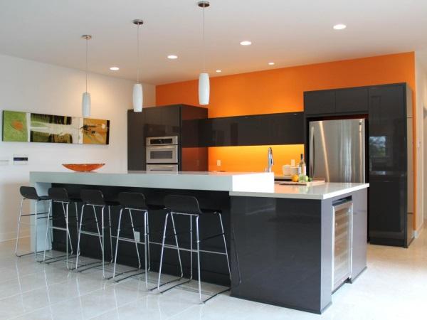 Кухня с оранжево стеной