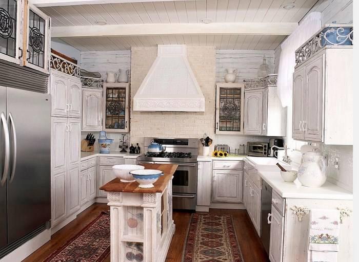 Маленькая кухня в стиле прованс с островом