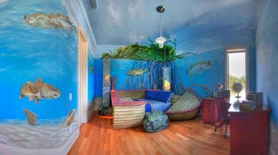 Кровать в виде корабля и морские мотивы на стенах в детской