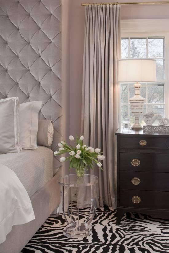 Элегантная спальня с необычным ковром и прозрачным столиком