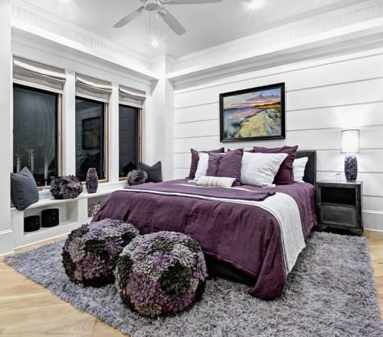 Черно-белая спальня с фиолетовыми акцентами