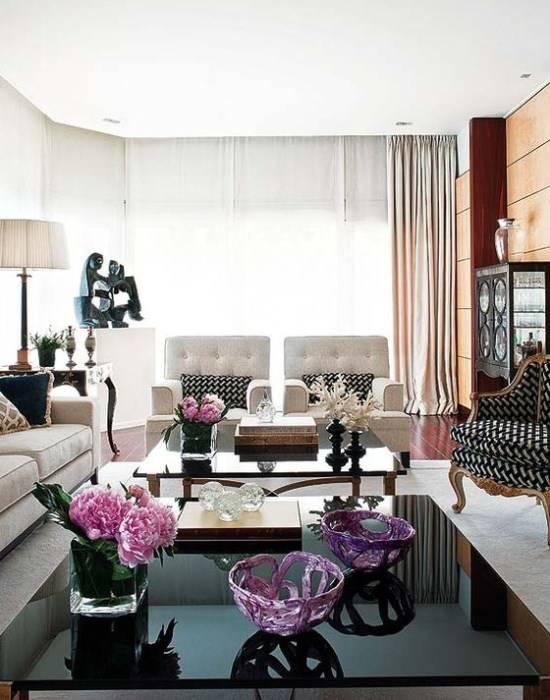 Фиолетовый и черно-белый цвета в гостиной