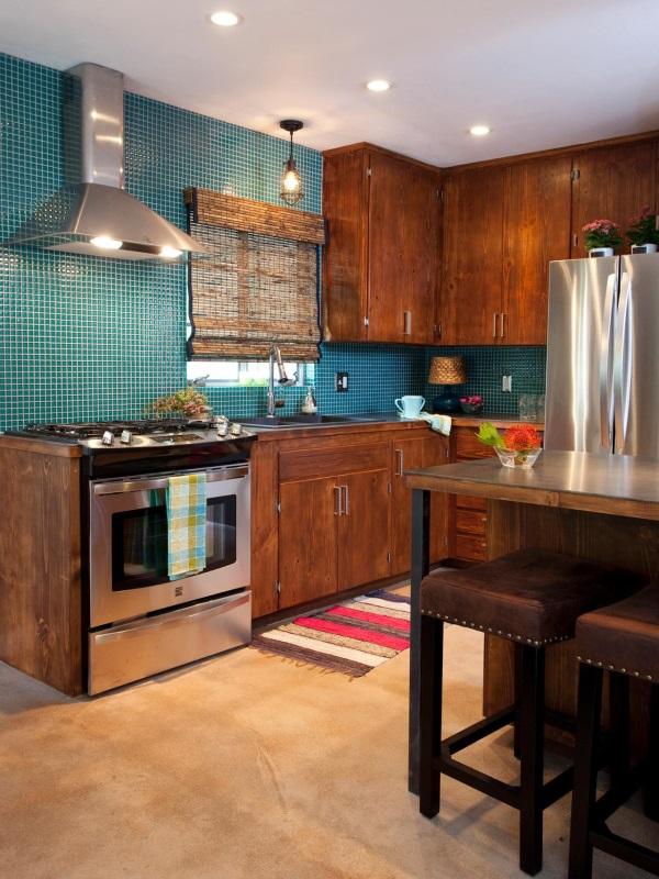 Кухня в коричневых тонах и с бирюзовой плиткой