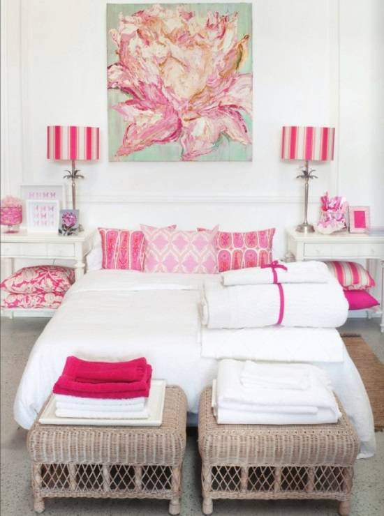 Белая спальня с розовыми акцентами