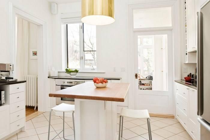 Стильный остров в небольшой белой кухне