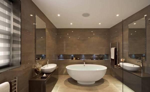 Блестящая плитка и встроенные светильники в ванной