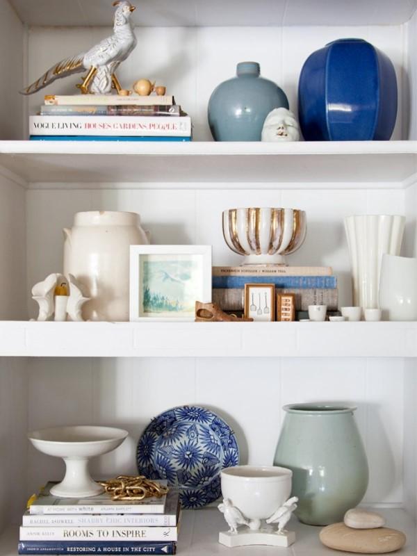 Декор и книги как украшение шкафа или полок