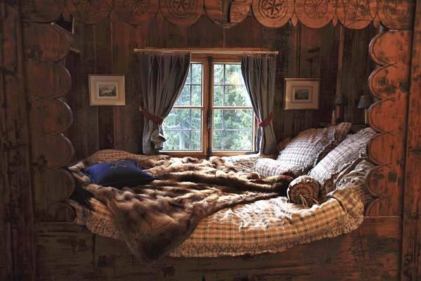 uyutnaya-krovat-vosle-okna