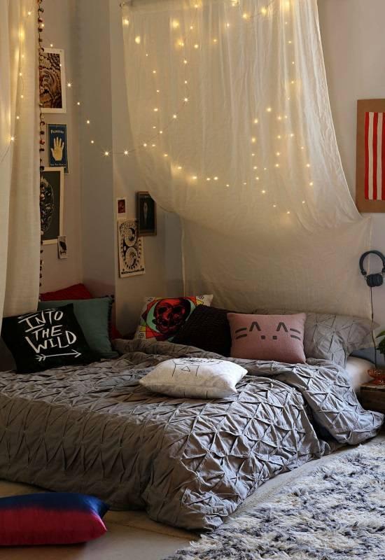 Оформление кровати в углу спальни