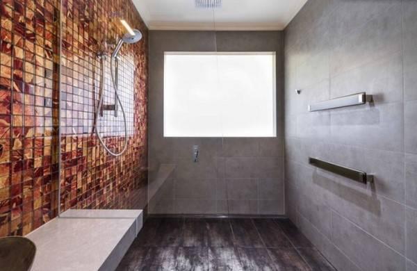 Ванная комната с серыми стенами