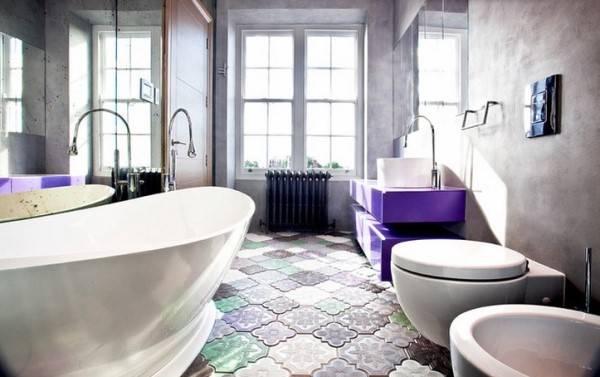 Дизайн ванной с красивой плиткой на полу