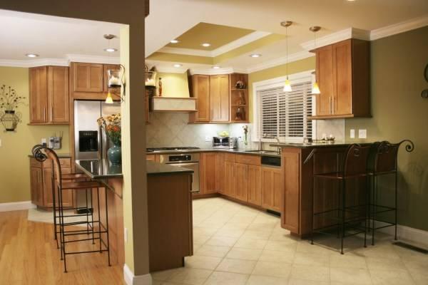 Потолок со встроенными светильниками на кухне