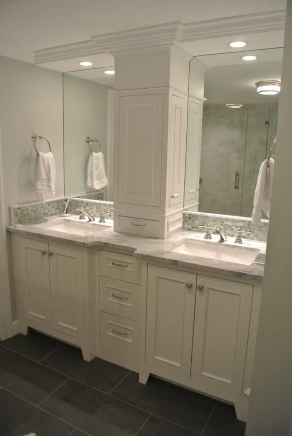 Встроенные светильники над раковинами в ванной