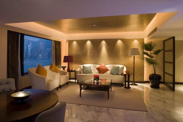 Красивая подсветка стены в гостиной