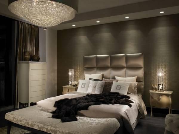 Классическая люстра и встроенные светильники в дизайне спальни