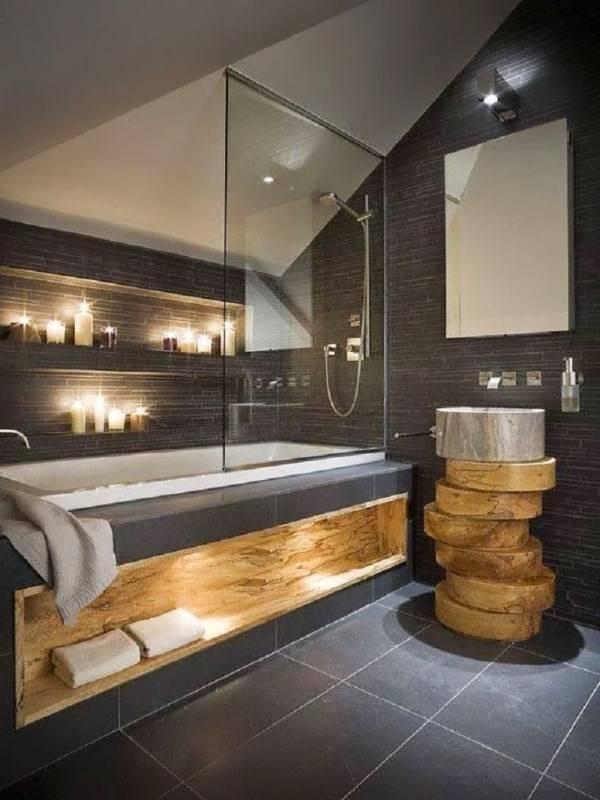 Ванная комната со встроенными светильниками и свечами
