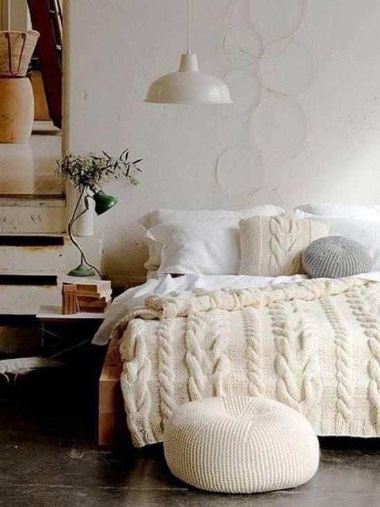 Стильное украшение спальни вязаными вещами