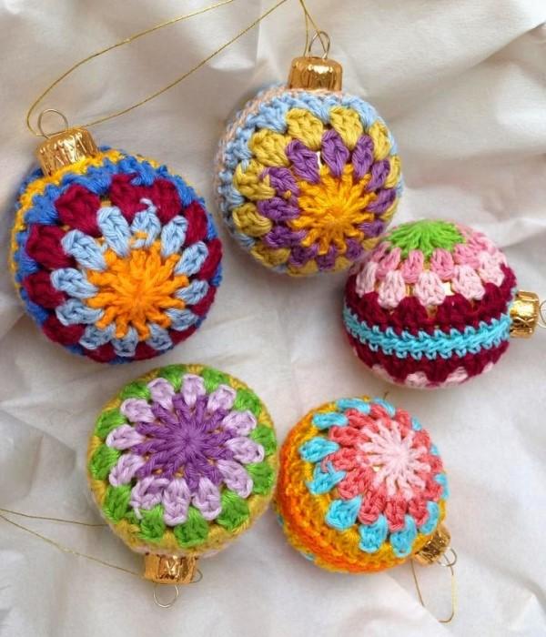 Разноцветные вязаные украшения для елки