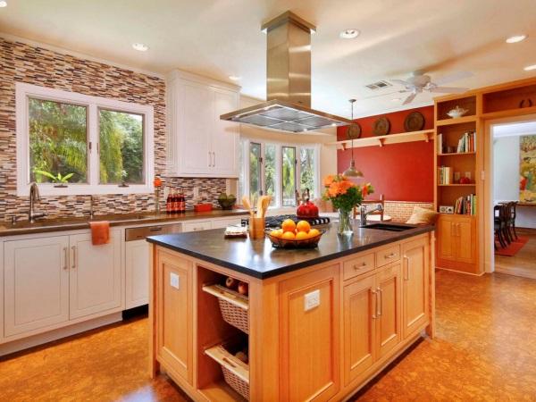 Яркая и теплая кухня с красной стеной