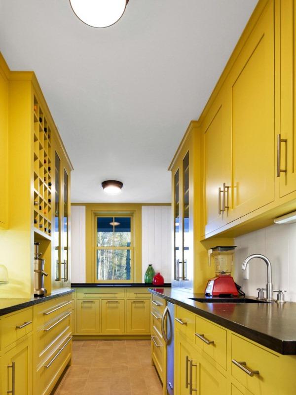 Кухня с ярко-желтой мебелью