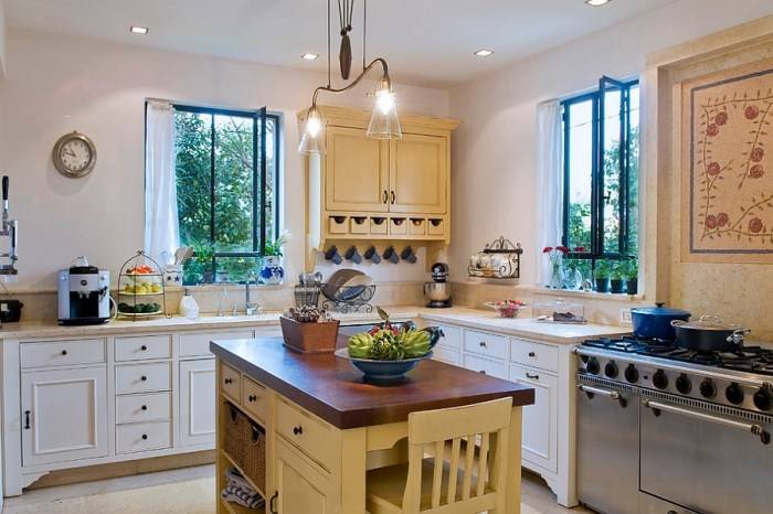 Яркий остров на белой кухне