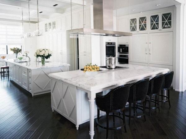 Белая кухня с мраморными столешницами и черным полом