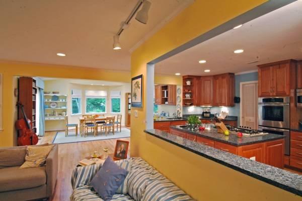 Кухня и гостиная, разделенные барной стойкой