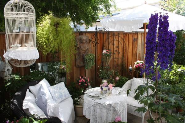 Пышный декор для маленького дворика