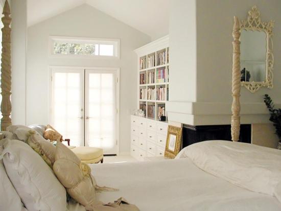 Светлые стены в спальне
