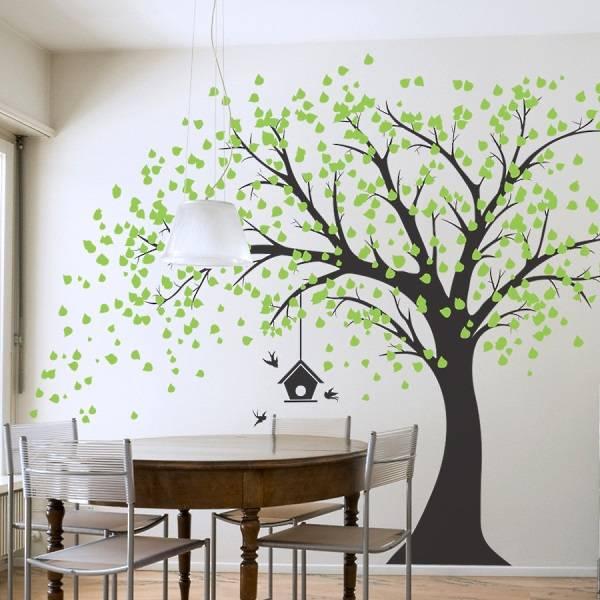 Изображение дерева на стене в интерьере