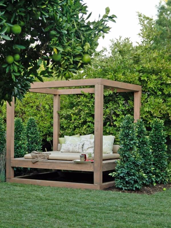 Кровать-беседка для сада
