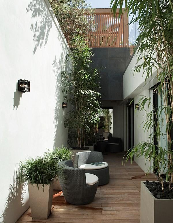 Дизайн маленького дворика под высоким забором