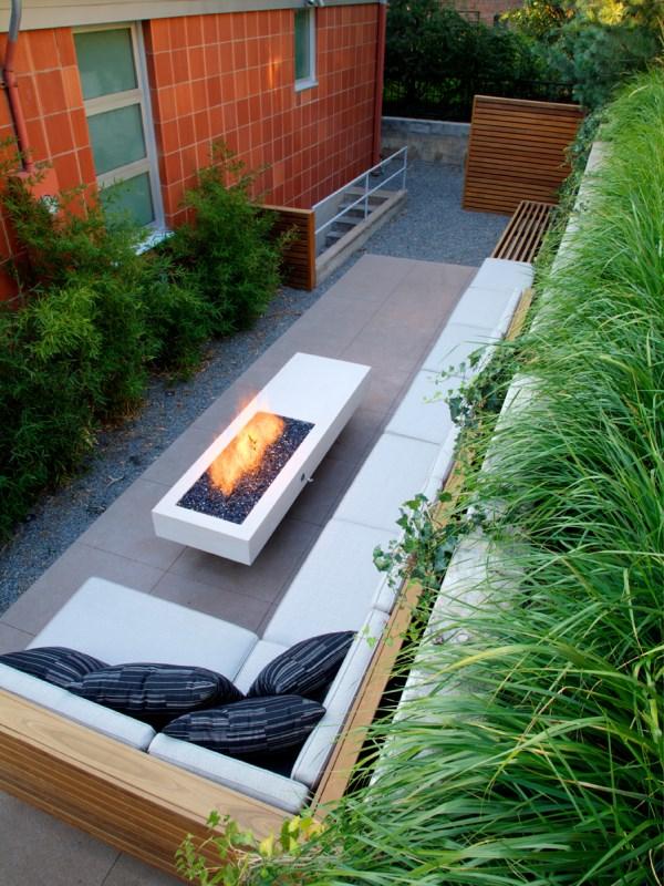 Дизайн узкого двора с камином